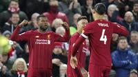 Gelandang Liverpool Georginio Wijnaldum bersama Virgil van Dijk merayakan golnya ke gawang West Ham United pada pekan ke-27 Liga Inggris di Anfield, Selasa (25/2/2020) dini hari WIB. (AP Photo/Jon Super)