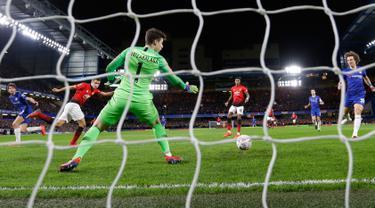 Gelandang Manchester United, Ander Herrera mencetak gol ke gawang Chelsea pada laga putaran kelima Piala FA di Stamford Bridge, London,  Senin (18/2). Manchester United lolos ke perempat final Piala FA usai mengalahkan Chelsea 2-0. (AP/Alastair Grant)