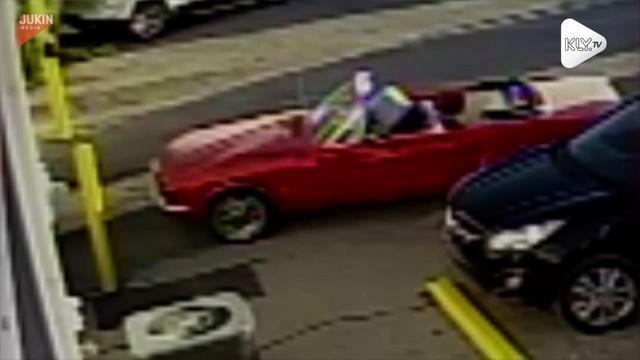 Sebuah mobil tanpa pengemudi tiba-tiba mundur dengan sendirinya. Beruntung seorang karyawan bisa menghentikan mobil tersebut.