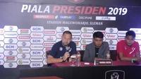 Pelatih Madura United, Dejan Antonic (kiri) dan Fachrudin Aryanto saat jumpa pers Piala Presiden 2019 di Sleman, Senin (4/3). (Liputan6.com/Switzy Sabandar)