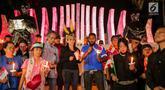Angota DPR Fraksi PDIP, Rieke Diah Pitaloka dan massa aksi tergabung dalam Pencinta NKRI dan Pancasila menyalakan lilin dengan menggelar doa bersama untuk Papua di Tugu Proklamasi, Menteng, Jakarta, Selasa (20/8/2019). Aksi sebagai bentuk solidaritas untuk perdamaian. (Liputan6.com/Faizal Fanani)