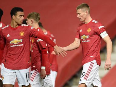 Gelandang Manchester United, Scott McTominay (kanan) melakukan selebrasi bersama rekan setim usai mencetak gol ke gawang Watford dalam laga babak ke-3 Piala FA 2020/21 di Old Trafford, Sabtu (9/1/2021). Manchester United menang 1-0 atas Watford. (AFP/Oli Scarff/Pool)