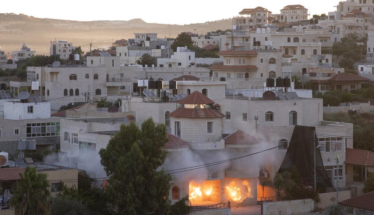Tentara Israel menghancurkan rumah milik pria berkewarganegaraan Amerika Serikat (AS), Muntasser Shalaby di desa Turmus Ayya, Tepi Barat, utara Ramallah (8/7/2021|). Shalaby dituduh terlibat dalam serangan mematikan terhadap warga Israel di Tepi Barat pada bulan Mei. (AP Photo/Nasser Nasser)