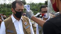 Ketua Gugus Tugas Percepatan Penanganan COVID-19 Doni Monardo saat masuk ke kawasan Agrowisata Taman Suruh, Desa Taman Suruh, Kecamatan Glagah, Banyuwangi, Jawa Timur, Jumat (26/6/2020). (Dok Badan Nasional Penanggulangan Bencana/BNPB)