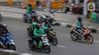 Sejumlah pengemudi ojek online membawa penumpang melintas di kawasan Harmoni, Jakarta, Selasa (7/4/2020). Selama pemberlakuan Pembatasan Sosial Berskala Besar (PSBB), layanan ojek online (ojol) akan dilarang mengangkut penumpang dan hanya dibolehkan untuk antar barang. (Liputan6.com/Faizal Fanani)