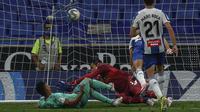 Pemain Real Madrid Casemiro (kiri) mencetak gol ke gawang Espanyol pada pertandingan La Liga Spanyol di Stadion Cornella-El Prat, Barcelona, Spanyol, Minggu (28/6/2020). Real Madrid menang 1-0 dan menggeser Barcelona dari puncak klasemen. (AP Photo/Joan Monfort)