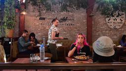 Sejumlah pengunjung makan di Lowell Cafe di Hollywood Barat, California (30/9/2019). Disebut Lowell Farms: A Cannabis Cafe, perusahaan dengan 240 kursi yang sangat populer ini terbuka untuk orang berusia 21 tahun ke atas. (AFP Photo/Frederic J. Brown)