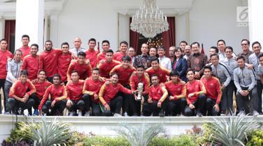 Presiden Joko Widodo (Jokowi) berfoto bersama pemain dan ofisial Timnas U-22 Indonesia di Istana Merdeka, Jakarta, Kamis (28/2). Timnas Indonesia U-22 baru saja mengharumkan nama negara, usai menjuarai Piala AFF U-22 2019. (Liputan6.com/Angga Yuniar)