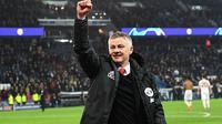 Manajer sementara Manchester United, Ole Gunnar Solskjaer, merayakan kelolosan ke perempat final Liga Champions 2018-2019 (7/3/2019).  (AFP/Anne-Christine Poujoulat)