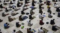 Umat muslim melaksanakan salat tarawih di Masjid Istiqlal, Jakarta, Senin (12/4/2021). Pemerintah menetapkan awal puasa atau 1 Ramadan 1442 H jatuh pada 13 April 2021 berdasarkan keputusan bulat dari berbagai ormas Islam hingga ahli astronomi dalam Sidang Isbat. (Liputan6.com/Johan Tallo)