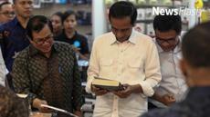 Usai kunjungan dan membagikan Kartu Indonesia Pintar  (KIP) di SMPN 2 Ambon, Presiden Joko Widodo menyempatkan diri berkunjung ke Maluku Mall City.