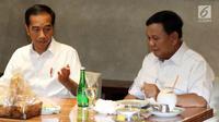 Presiden terpilih Joko Widodo atau Jokowi (kiri) dan Ketua Umum Partai Gerindra Prabowo Subianto saat makan bersama di FX Sudirman, Jakarta, Sabtu (13/7/2019). Usai makan, Prabowo meninggalkan terlebih dahulu lokasi tersebut. (Liputan6.com/JohanTallo)