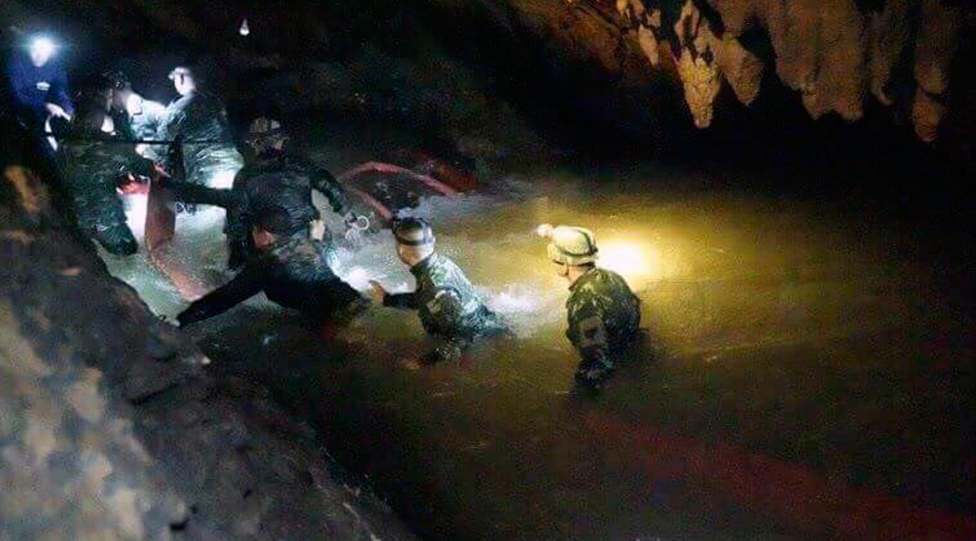 Tim penyelamat Thailand berjuang menyelamatkan tim sepak bola remaja Thailand dan pelatihnya yang terjebak di sebuah gua di Chiang Rai, Thailand, Senin (2/7). (Tham Luang Rescue Operation Center via AP)