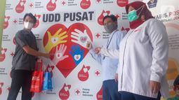 Astra Credit Companies (ACC) menyerahkan bantuan donor Plasma Konvalesen kepada Palang Merah Indonesia (PMI). Terapi plasma konvalesen merupakan transfer antibodi kepada orang yang tengah mengalami infeksi virus corona dengan harapan antibodi tersebut mampu melawan infeksi. (Liputan6.com/Pool)