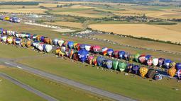 Ratusan balon udara bersiap untuk diterbangkan di pangkalan udara Chambley-Bussieres, Perancis, (26/7/2015). Festival 'Lorraine Mondial Air Ballons' sudah ada sejak 1989 rutin digelar setiap tahun selama sepuluh hari. (AFP/JEAN-CHRISTOPHE VERHAEGEN)