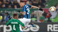 Gelandang Inter Milan, Cristiano Biraghi, berebut bola dengan pemain Ludogorets, Cicinho dalam leg pertama 32 besar Liga Europa di Huvepharma Arena, Kamis (20/2/2020). Inter Milan sukses membawa pulang kemenangan usai mengalahkan tuan rumah Ludogorets 2-0. (AP/Vadim Ghirda)