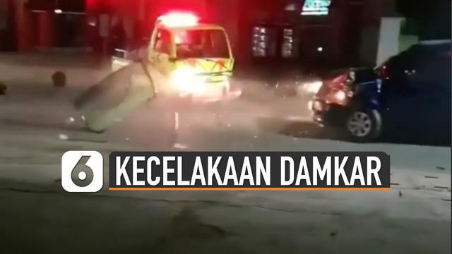 Video insiden kecelakaan mobil damkar saat sedang bertugas viral di media sosial.