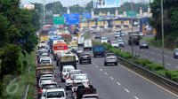Sejumlah kendaraan terjebak kemacetan di ruas Tol BSD JORR, Tangerang Selatan, Senin (16/5). Kemacetan parah terjadi menyusul robohnya jembatan penyeberangan orang (JPO) di ruas Tol BSD JORR karena dihajar truk trailer. (Liputan6.com/Fery Pradolo)