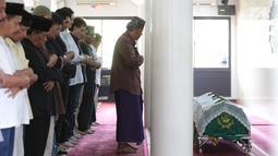 Almarhum anak ketiga Ahmad Albar, Faldy Albar saat disalatkan sebelum dimakamkan di TPU Tanah Kusir, Jakarta, Kamis (30/8). Diketahui, Faldy Albar meninggal pada usia 36 tahun di Rumah Sakit Abdi Waluyo. (Liputan6.com/Faizal Fanani)