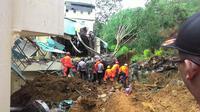 Dari 11 orang pengunjung hotel itu, sebanyak 8 di antaranya selamat dan 3 ditemukan tewas tertimbun material longsor.