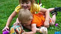 Membiarkan anak bermain adalah cara tepat agar anak lebih kreatif.