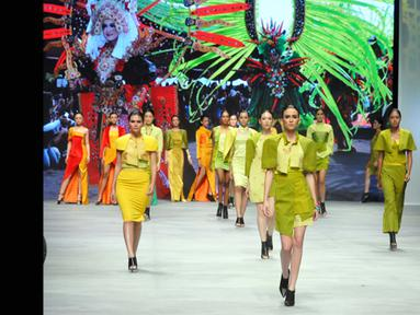 Model tampil dalam pagelaran Indonesia Fashion Week 2015 karya Priscilla Saputro yang bertema 'Novum Etno: Colorful Banyuwangi' di JCC Senayan, Jakarta, Sabtu (28/2). (Liputan6.com/Panji Diksana)