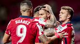 Para pemain Atletico Madrid merayakan gol pertama ke gawang Real Sociedad yang dicetak gelandang Yannick Carrasco (tengah) dalam laga lanjutan Liga Spanyol 2020/2021 pekan ke-36 di Wanda Metropolitano Stadium, Rabu (12/5/2021). Atletico menang 2-1 atas Sociedad. (AP/Bernat Armangue)