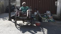 Pengayuh becak menunggu penumpang di Kawasan Pasar Rajawali, Pademangan, Jakarta Utara, Senin (8/10). Pemprov DKI Jakarta berencana merevisi Peraturan Daerah (Perda) Nomor 8 Tahun 2007 tentang Ketertiban Umum. (Liputan6.com/Herman Zakharia)