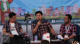 Adik Ahok, Basuri T Purnama memberikan dukungan di Rumah Lembang, Jakarta, Jumat (13/1). Relawan pendukung pasangan nomer 2 Ahok-Djarot mengadakan workshop dan nonton bareng debat KPUD untuk Cagub Cawagub Jakarta. (Liputan6.com/Gempur M Surya)