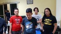 AS yang menjadi otak pembunuhan IN di Kabupaten Ogan Ilir Sumsel menyerahkan diri setelah kabur selama beberapa hari (Liputan6.com / Nefri Inge)