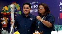 Ketua Inasgoc, Erick Thohir dan Herty Purba, Koordinator Ceremony Inasgoc saat mengangkat obor Asian Games 2018. (Humas Inasgoc)