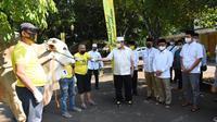 Airlangga menyerahkan hewan kurban kepada panitia kurban DPP Partai Golkar. (Istimewa)