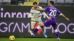 Penyerang AS Roma, Borja Mayoral berusaha melewati bek Fiorentina pada pertandingan lanjutan Liga Serie A Italia di Stadion Artemio Franchi di Florence, Italia, Kamis (4/3/2021). AS Roma menang tipis atas Fiorentina 2-1. (Jennifer Lorenzini/LaPresse via AP)