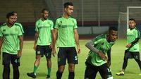 Bek Persebaya, Otavio Dutra, sudah mulai berlatih bersama rekan satu timnya setelah cederanya membaik. (Bola.com/Aditya Wany)