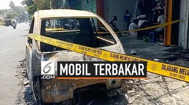 Mobil pikap bermuatan jeriken yang berisi BBM terbakar di pinggir Jalan Cemara, Kota Blitar, Jawa Timur, Senin (16/9/2019) pagi.