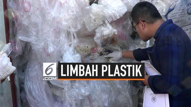 Petugas gabungan lingkungan hidup dan Bea Cukai menyelidiki keberadaan puluhan konteiner limbah plastik di Batam. Petugas mengambil sampel untuk diteliti di Jakarta