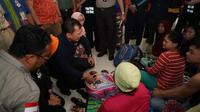 Menteri Kesehatan RI Terawan Agus Putranto meninjau korban terdampak banjir Jakarta di Posko Kesehatan GOR, Kecamatan Cengkareng, Jakarta Barat pada Kamis (2/1/2020). (Dok Kementerian Kesehatan RI)