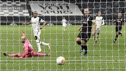 Gelandang Tottenham, Lucas Moura, mencetak gol ke gawang LASK pada laga Grup J Liga Europa 2020/2021 di Tottenham Hotspurs Stadium, Jumat (23/10/2020) dini hari WIB. Tottenham menang telak 3-0 atas LASK. (AFP/Daniel Leal-Olivas)
