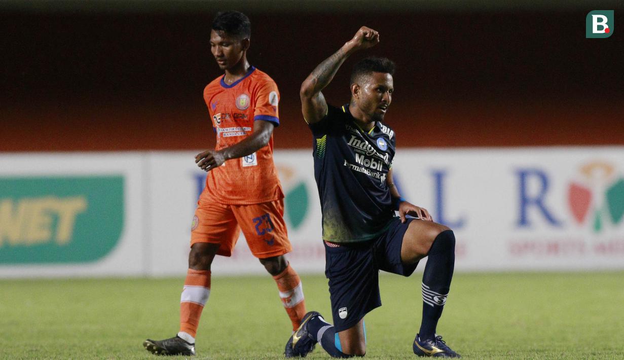 Striker Persib Bandung, Wander Luiz (kanan) melakukan selebrasi usai mencetak gol ke gawang Persiraja Banda Aceh dalam laga matchday ke-3 Grup D Piala Menpora 2021 di Stadion Maguwoharjo, Sleman, Jumat (2/4/2021) (Bola.com/M Iqbal Ichsan)