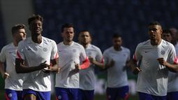 Para pemain Chelsea melakukan pemanasan selama sesi latihan di stadion Dragao di Porto, Portugal (28/5/2021). Ini akan jadi final Liga Champions pertama buat Chelsea setelah sembilan tahun. (AP Photo/Manu Fernandez)