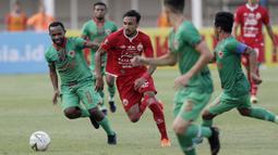 Gelandang Persija Jakarta, Rohit Chand, berusaha melewati pemain Kalteng Putra pada laga Liga 1 2019 di Stadion Madya, Jakarta, Selasa (20/8). Persija menang 3-0 atas Kalteng Putra. (Bola.com/M Iqbal Ichsan)