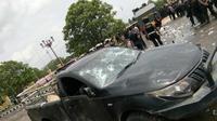 Massa yang anarki menabrakkan sebuah mobil ke aparat yang menjaga rapat Pleno Pilkada Tebo. (Liputan6.com/Bangun Santoso)
