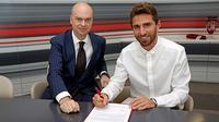 AC Milan merekrut Fabio Borini dari Sunderland.
