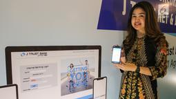 Model menunjukkan layanan internet banking J Trust NET Individual dan mobile banking (mBanking) J Trust Mobile di Jakarta, Rabu (21/8/2019). Layanan internet banking dengan satu user ID memberikan kemudahan transaksi perbankan bagi nasabah secara aman, mudah, dan nyaman. (Liputan6.com/HO/Ady)