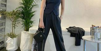 Jennie BLACKPINK tampil dengan menggunakan suit vest dan wide leg pants warna selaras. Gaya smart casualnya pun diperlengkap dengan sneakers. (Instagram/jennierubyjane).