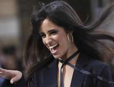Camila Cabello Tampil Tanpa Bra di Paris Fashion Week 2019