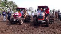 Mentan Syahrul Yasin Limpo menraktor lahan pertanian di Desa Muara Telang, Kabupaten Banyuasin, Sumsel (Liputan6.com / Nefri Inge)