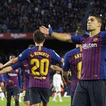 Striker Barcelona, Luis Suarez, merayakan gol yang dicetaknya ke gawang Real Madrid pada laga La Liga Spanyol di Stadion Camp Nou, Barcelona, Minggu (28/10). Barcelona menang 5-1 atas Madrid. (AFP/Lluis Gene)