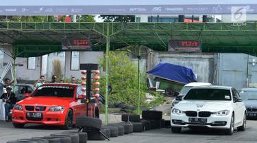 Dua mobil BMW melaju di arena balapan pada Indonesian Bimmerfest 2018 di Semarang, Jawa Tengah, Minggu (18/11). Kegiatan tahunan yang diikuti para penggemar BMW mengusung tema Redefining Culture. (Liputan6.com/HO/Doni)
