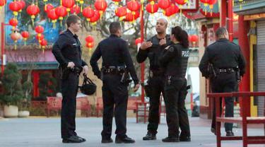 Polisi melakukan penyelidikan kasus penikaman yang menewaskan dua orang di Chinatwown, Los Angeles, AS (26/1). Menurut petugas setempat, korban adalah pria lanjut usia yang berumur 60 tahun. (AP Photo / Reed Saxon)